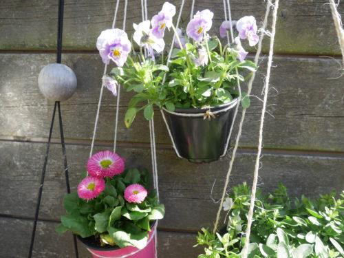 bloemenhanger, diy, zelf maken, simpel, groen vertoeven, duurzaam, touw, binnen, buiten, draad, schaar